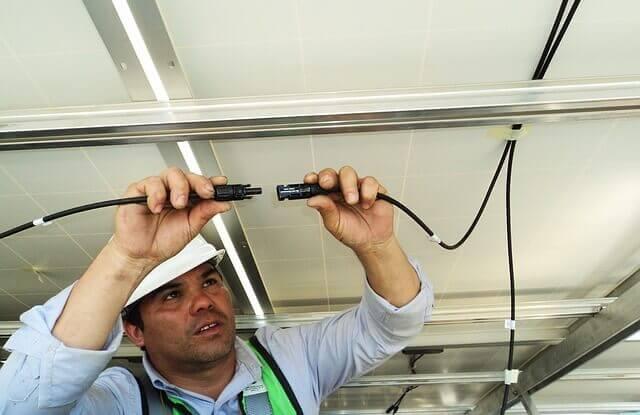 地震・台風のあと停電が起きたら?家の太陽光パネルの対処・自立運転の方法も紹介
