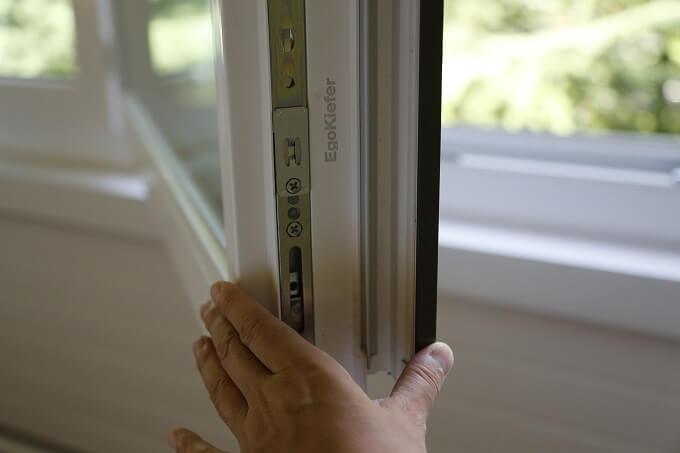 世界に遅れている日本の「窓」スイスで断熱性の高そうな分厚い窓に出会った!